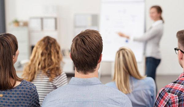 Teilnehmer eines Seminars bei der Ausbildung der Ausbilder