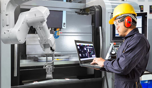 Fachkraft für digitale Fertigung bei der Arbeit