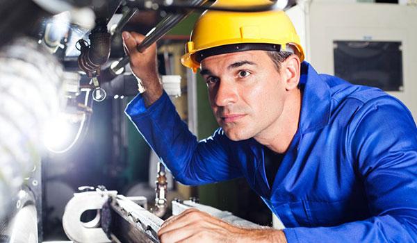 Industriemeister bei der Inspektion einer Maschine